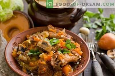 Costine di maiale in una pentola con zucca e champignons