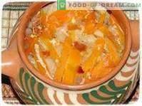 Groenten gestoofd in een pot op een rustieke manier.