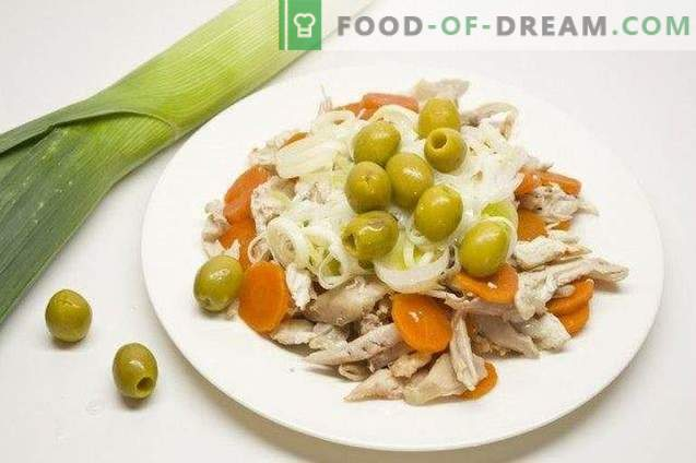 Insalata festiva con pollo, formaggio e salsa olandese