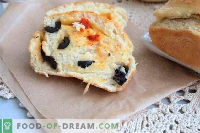 Rotolo di torta con olive, peperoni secchi e formaggio