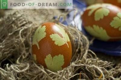 Uova dipinte per Pasqua, decorate con foglie di prezzemolo