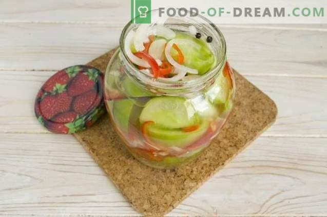Insalata di pomodori verdi con cipolle e peperoni per l'inverno