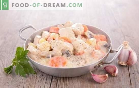 Maiale con funghi in salsa cremosa è un classico! Carne di maiale con funghi in salsa di panna in una padella, nel forno, in una pentola a cottura lenta