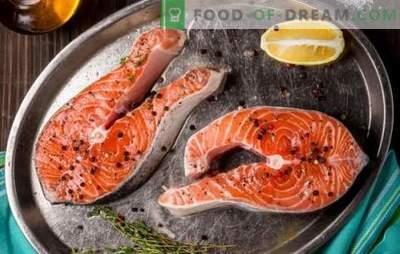 Bistecca di salmone in una padella, in un forno, su una griglia. Sei varianti di bistecca di salmone con patate, limone, verdure