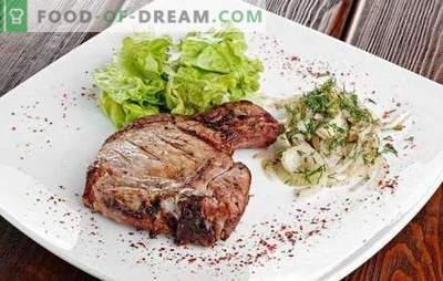 Entrecote in padella - un piatto da ristorante nel menu principale. Cottura di entrecote in padella di manzo, maiale e agnello
