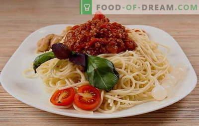 Una semplice cena dal sapore italiano - spaghetti alla bolognese. Spaghetti vegetariani, classici e piccanti alla bolognese