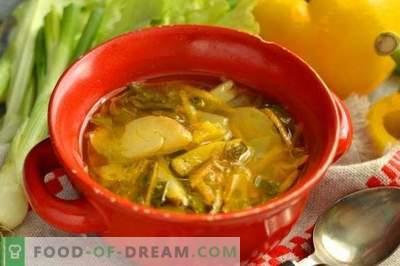 Zuppa di cavolo fresco con pollo e lattuga