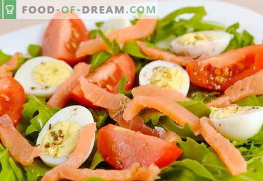 Insalata con ricette di salmone e uova per la vacanza e per tutti i giorni