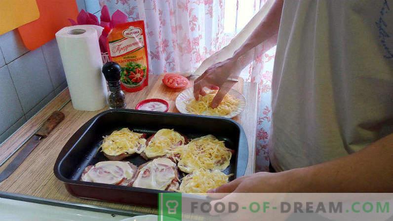 Carne di maiale al forno con pomodori e formaggio, scaloppina di maiale in forno