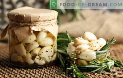 Aglio in salamoia - solo gusto e beneficio! Come decapare l'aglio a casa con teste, denti e frecce
