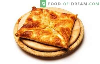 Khachapuri di pasta sfoglia fritti e al forno. Delizie caucasiche nel nostro menu - khachapuri di pasta sfoglia con formaggio