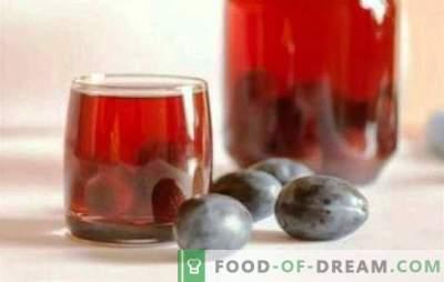 La composta di prugne e uva è una bevanda salutare tutto l'anno. La composta aromatica di prugne e uva non succede molto