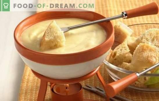 La fonduta di formaggio è un piatto straordinario! Cottura di fonduta di formaggio aromatizzata con vino, champagne, erbe, gin e pollo